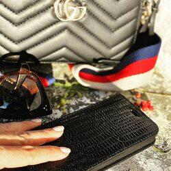 Take your basics: Bag ✔️ Piel Frama case ✔️ Sunglasses ✔️  #luxurycases #pielframa #lifestyle #luxuryleathercase #luxurycases #iphonecases #handmade #leathergoods #leathergoodsmanufacture #ubriqueleather #ubrique #pieldeubrique