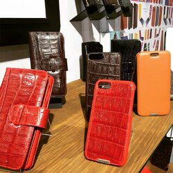 Calfskin-crocodile. The true luxury and elegance.  #luxurycases #pielframa #lifestyle #luxuryleathercase #luxurycases #iphonecases #handmade #leathergoods #leathergoodsmanufacture #ubriqueleather #ubrique #pieldeubrique